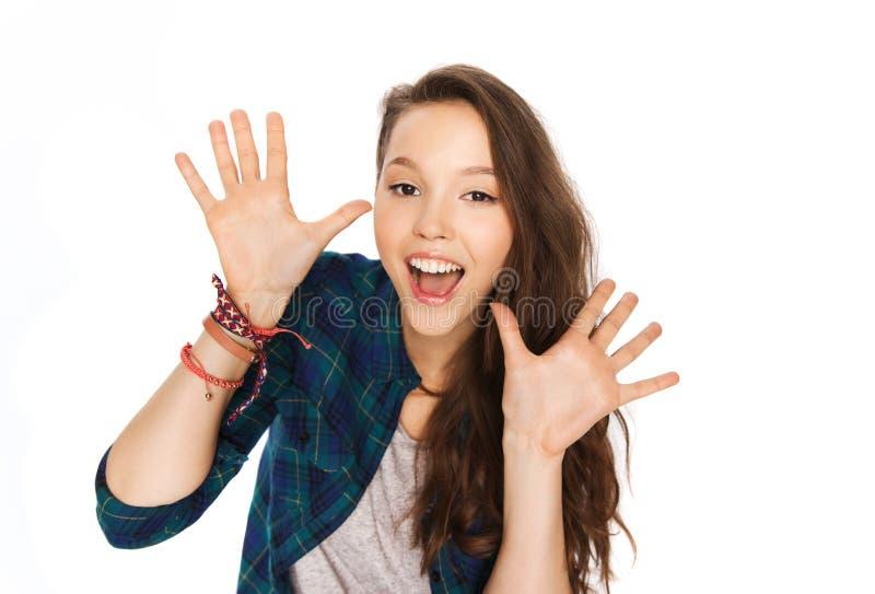 Lyckliga skratta nätta visninghänder för tonårs- flicka arkivbilder