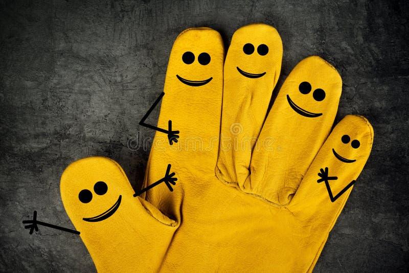 Lyckliga skratta Smileys på fingrar av skyddande handskar royaltyfri bild