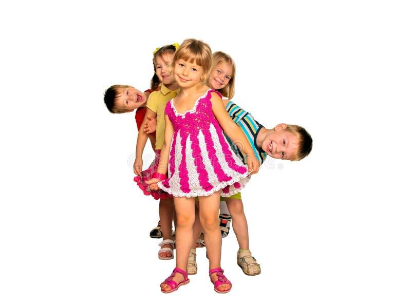 Lyckliga skratta ungar som spelar och dansar arkivfoto