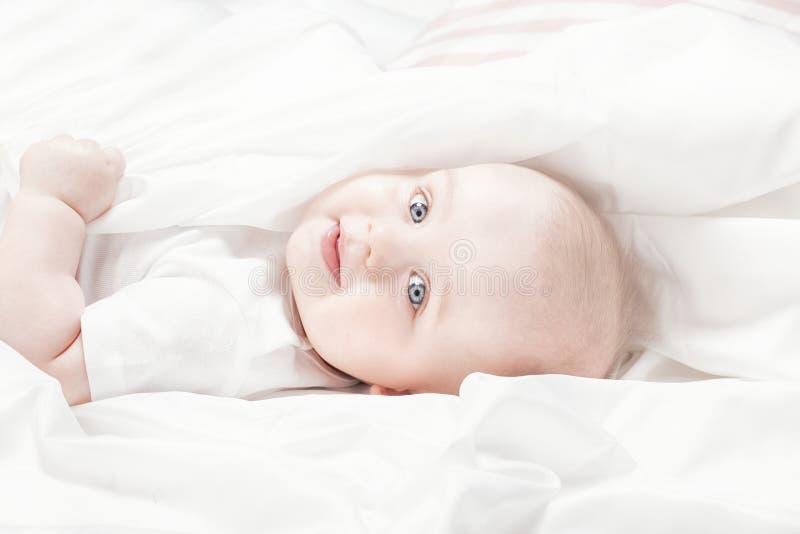 Lyckliga små behandla som ett barn att ligga royaltyfri fotografi