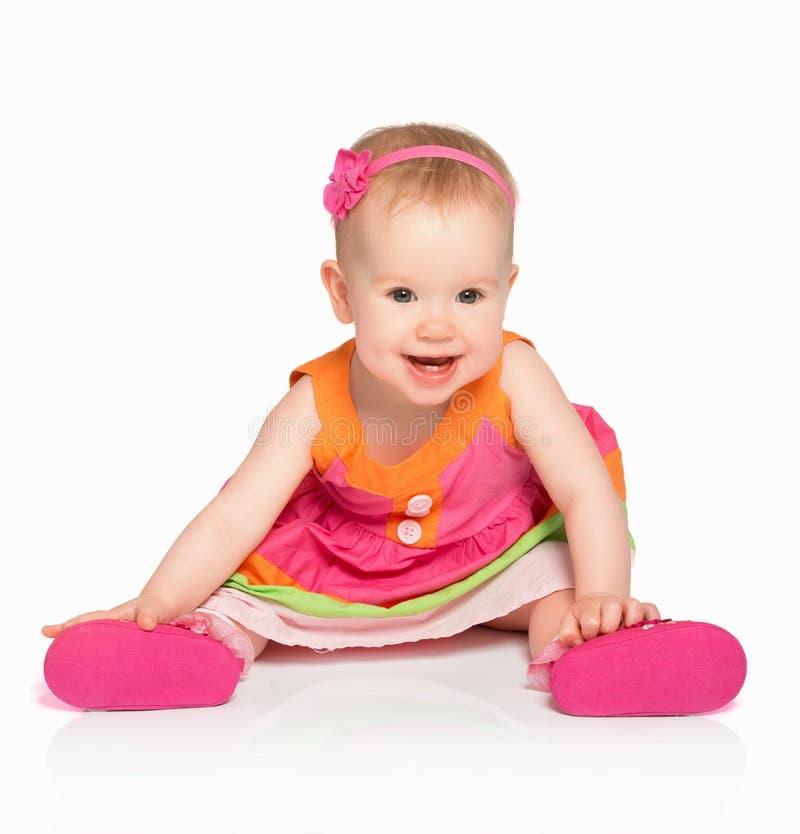 Lyckliga små behandla som ett barn flickan i ljus mångfärgad festlig klänningisolator arkivfoto