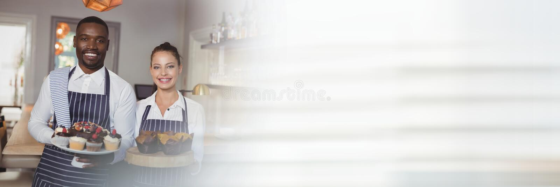 Lyckliga små och medelstora företagägare som rymmer muffin arkivfoto