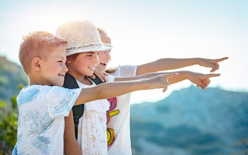 Lyckliga små vänner som tillsammans reser fotografering för bildbyråer