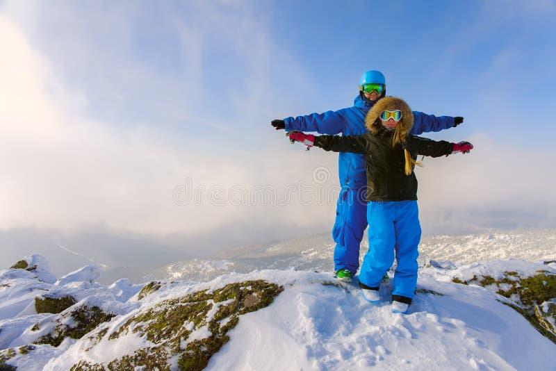 Lyckliga Snowboardingpar royaltyfri foto