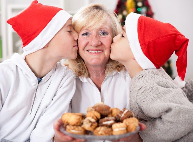 Lyckliga sonsoner, familj, ferier, utveckling, jul och peop royaltyfri bild