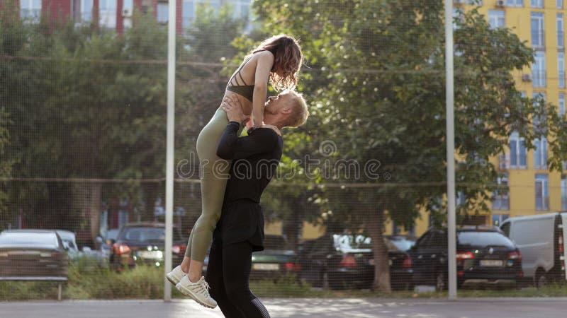 Lyckliga sportiga par efter bra utbildning på en sportsground royaltyfria foton