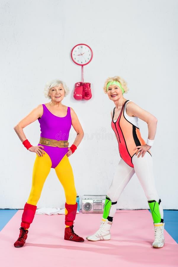 lyckliga sportive höga kvinnor som utbildar och ler royaltyfri foto