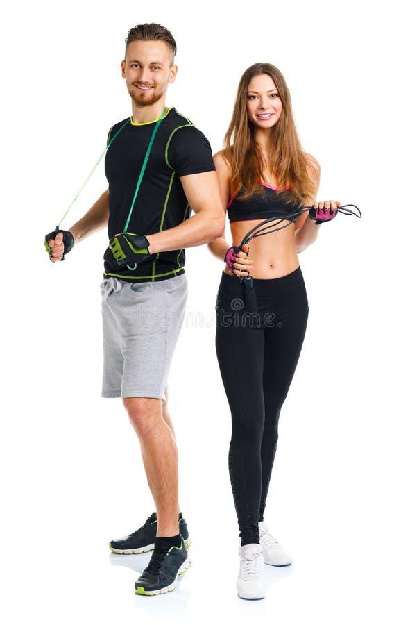 Lyckliga sportpar - man och kvinna med med rep på viten arkivfoto