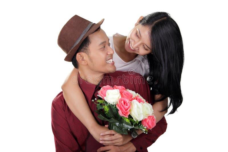 Lyckliga stilfulla par som isoleras på vit fotografering för bildbyråer