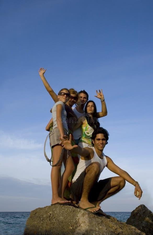 lyckliga strandvänner royaltyfria bilder