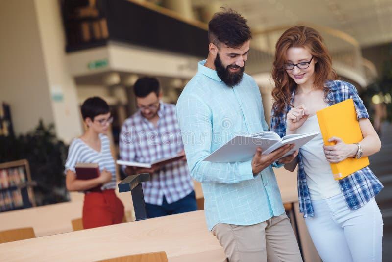 Lyckliga studenter kopplar ihop i skolaarkiv har diskussion arkivfoton