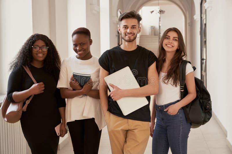 Lyckliga studenter med ryggs?ckar arkivbilder