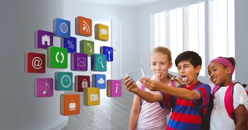 Lyckliga studenter som tar selfie med applikationsymboler i förgrund fotografering för bildbyråer