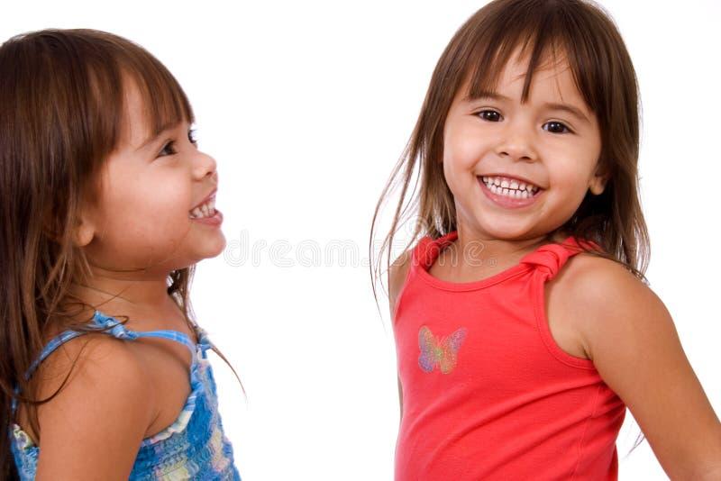 lyckliga systrar kopplar samman royaltyfri foto