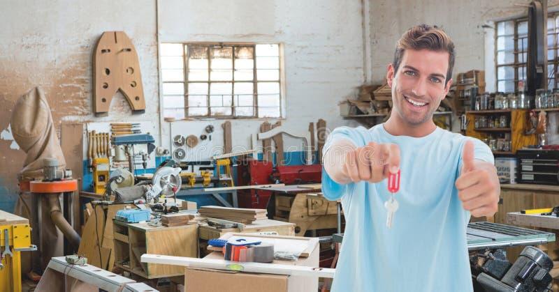 Lyckliga tangenter för innehav för man för små och medelstora företagägare royaltyfria bilder