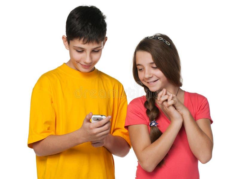 lyckliga telefontonåringar för cell royaltyfri fotografi