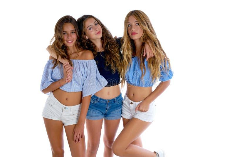 Lyckliga Thee tonåriga bästa vänflickor tillsammans royaltyfri fotografi