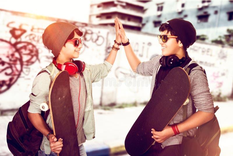 Lyckliga tonåriga pojkar utomhus fotografering för bildbyråer