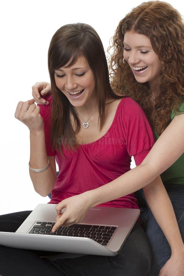 lyckliga tonåringar för bärbar dator royaltyfria foton