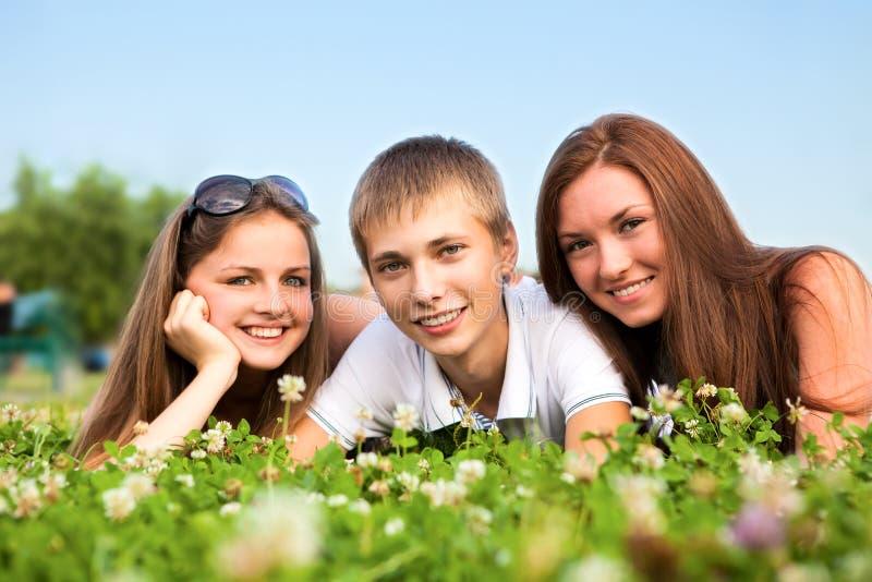 lyckliga tonåringar tre barn royaltyfri bild