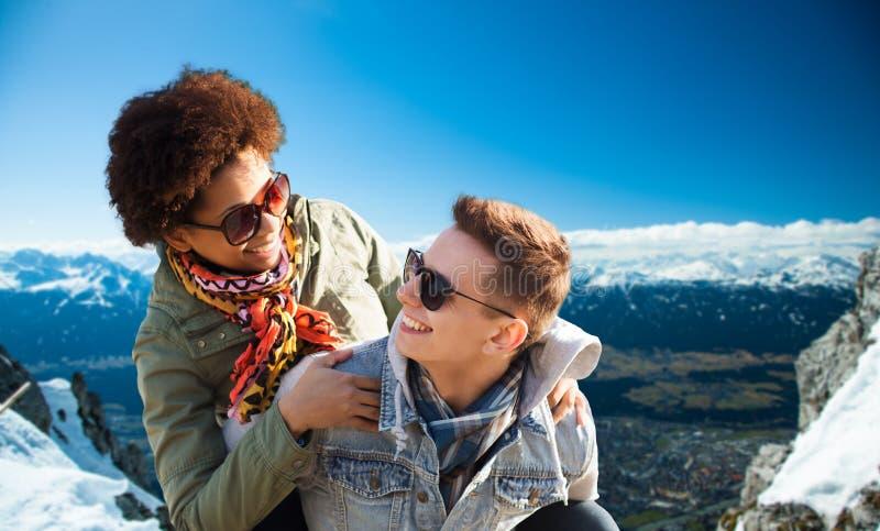 Lyckliga tonårs- par i skuggor som har roligt utomhus fotografering för bildbyråer