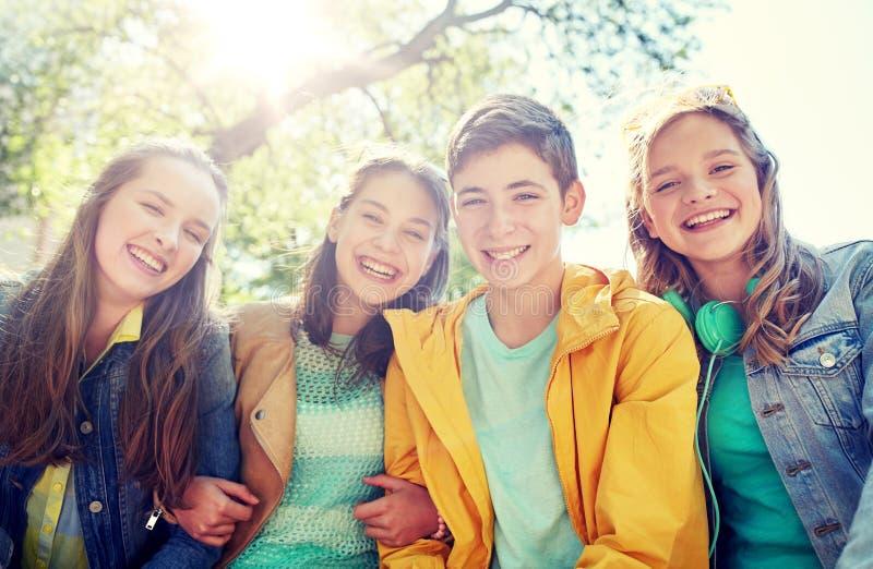 Lyckliga tonårs- studenter eller vänner utomhus royaltyfri fotografi