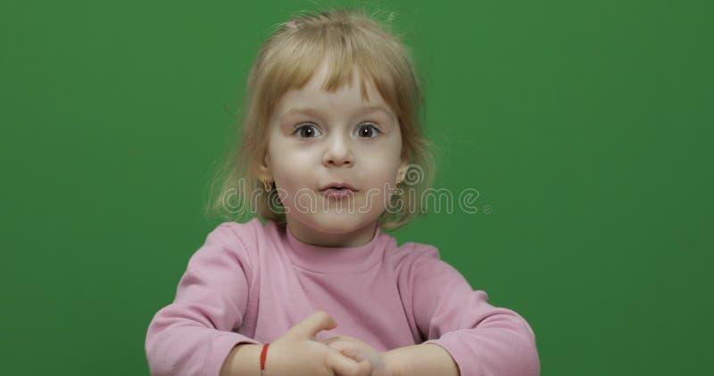 Lyckliga tre ?r gammalt barn Gullig flicka som g?r framsidor Tv? i en: 1 arkivbild