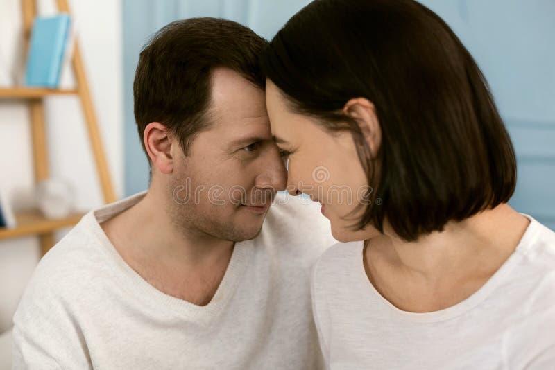Lyckliga trevliga par som ser de arkivfoton