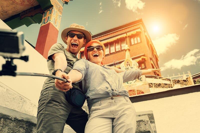Lyckliga turist- par tar ett selfiefoto på asiatisk siktbackgrou fotografering för bildbyråer