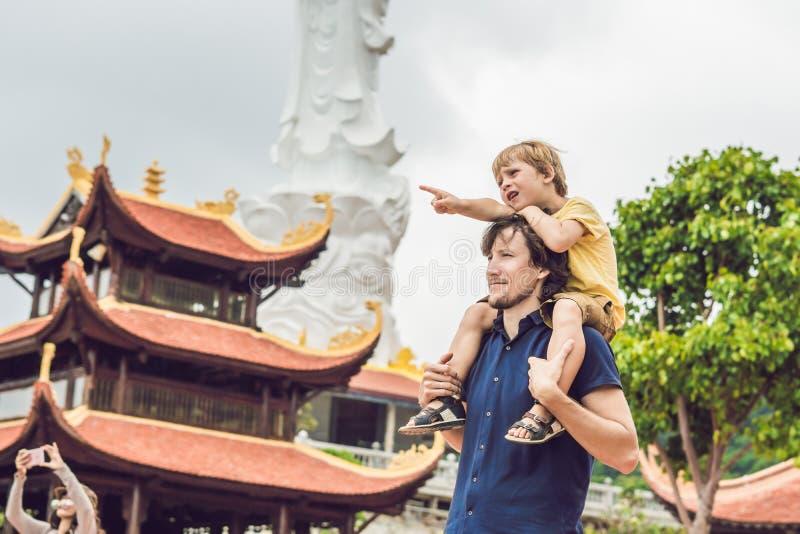 Lyckliga turister farsa och son i pagod asia begrepp som löper Resa med ett behandla som ett barnbegrepp arkivfoto