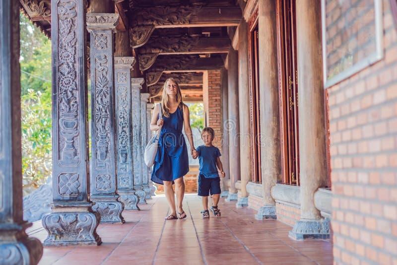 Lyckliga turister mamma och son i pagod asia begrepp som löper Resa med ett behandla som ett barnbegrepp arkivbilder