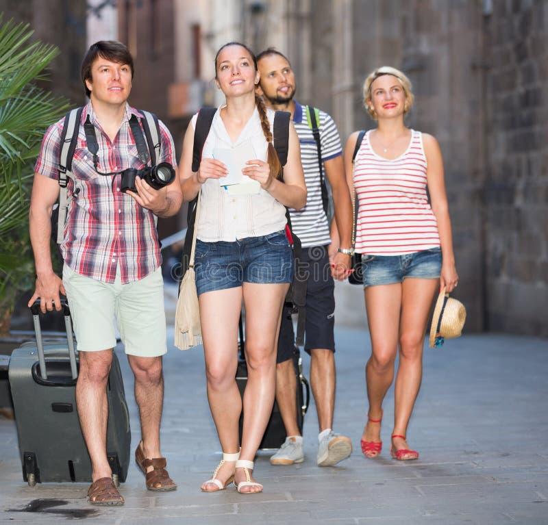Lyckliga turister som håller ögonen på gränsmärket arkivbilder