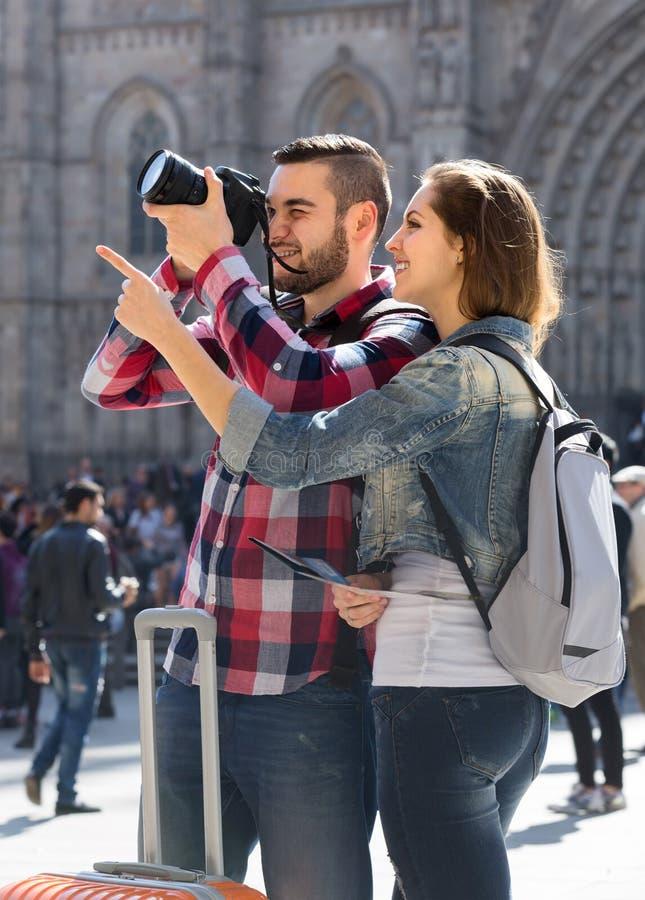 Lyckliga turister som ser sikt royaltyfria bilder