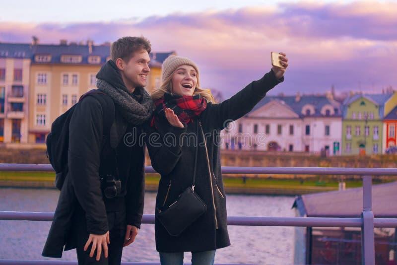 Lyckliga turister som tar fotoet av dem på smartphonen Ferie-, lopp-, semester-, turism- och datummärkningbegrepp Weeknd i Europa royaltyfri foto