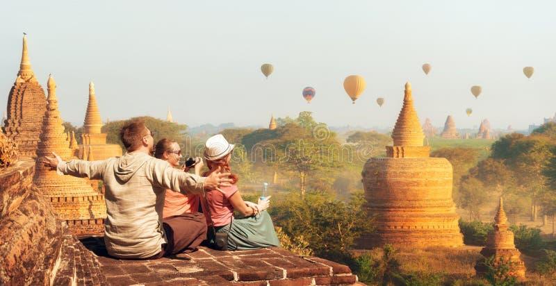 Lyckliga turister, vänner, semesterfirare i sommarferierna i Asien arkivbild