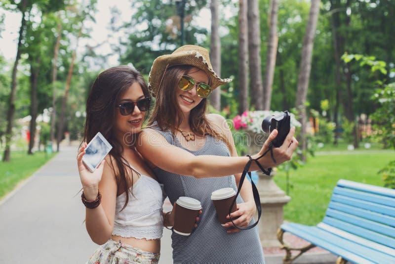 Lyckliga turistflickavänner som tar selfiefoto royaltyfri bild