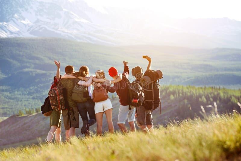 Lyckliga turistvänner som gör selfie i bergområde royaltyfri foto