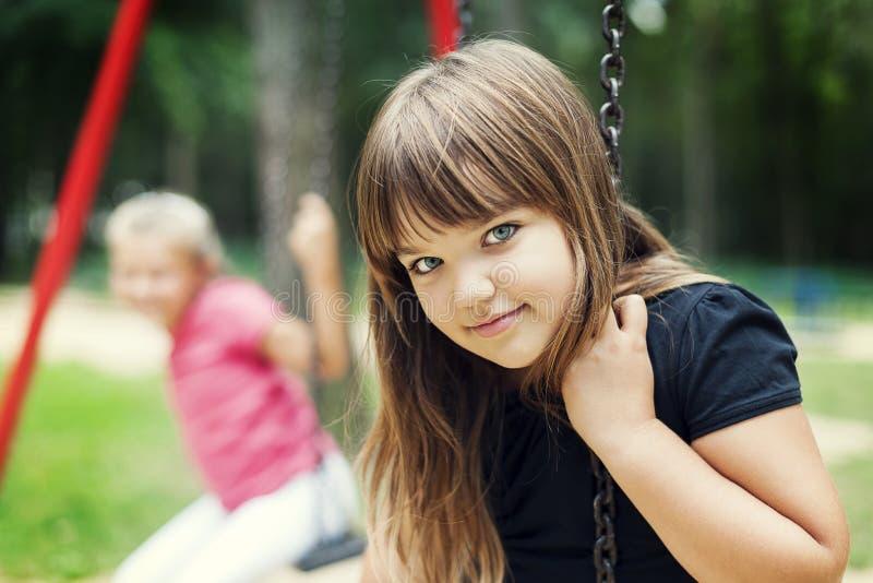 Lyckliga två flickor fotografering för bildbyråer