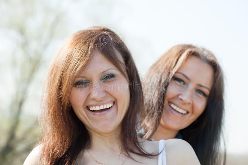 lyckliga två kvinnor royaltyfri bild