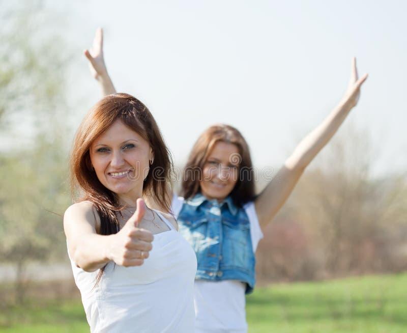 lyckliga två kvinnor royaltyfri fotografi