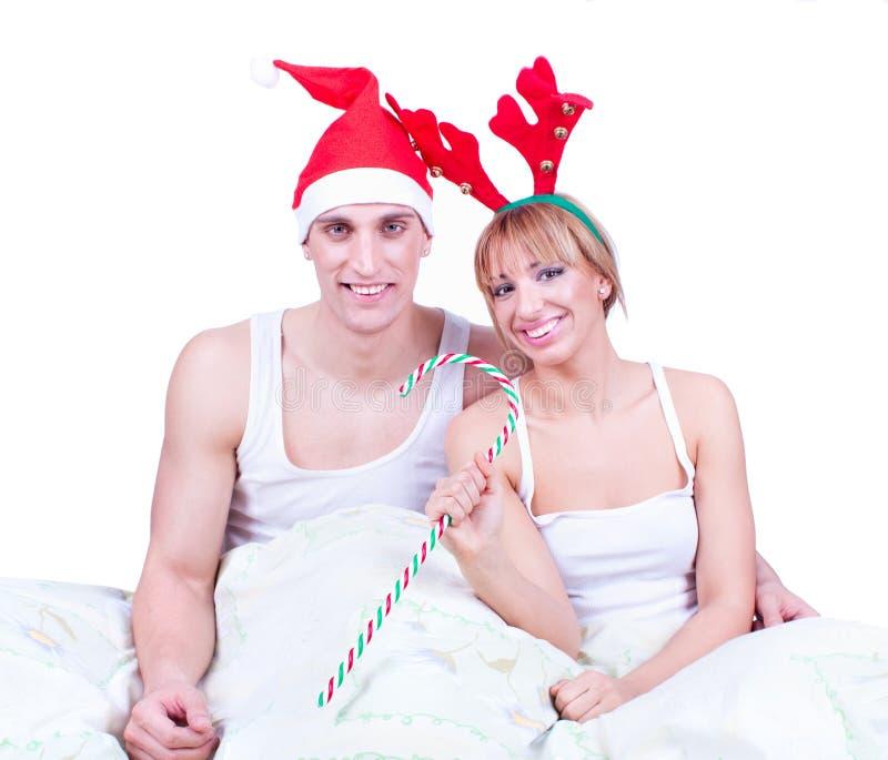 Lyckliga unga älska par i underlag på Xmas-morgon fotografering för bildbyråer
