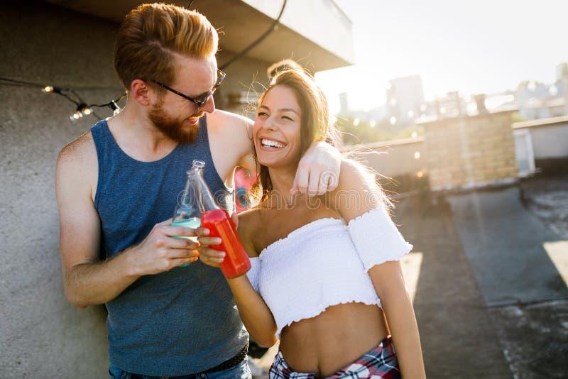 Lyckliga unga dansa par som har gyckel och tycker om partiet på sommar royaltyfria foton