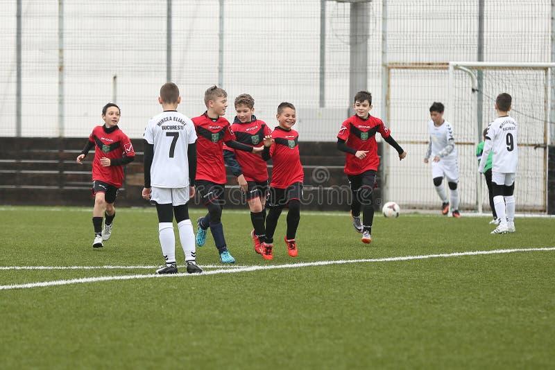 Lyckliga unga fotbollsspelare efter ett mål royaltyfri foto