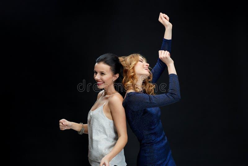 Lyckliga unga kvinnor som dansar på nattklubbdiskot arkivbilder