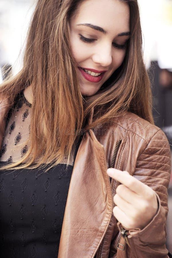Lyckliga unga kvinnor som går och shoppar i stad Moderiktig kvinnakonsument som ser shoppafönstren royaltyfri foto