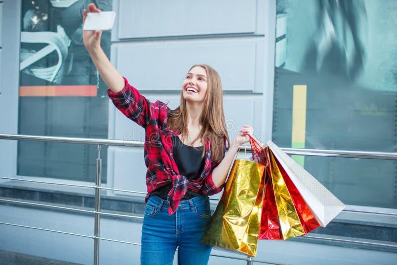 Lyckliga unga kvinnor som utomhus poserar på kamera arkivfoton