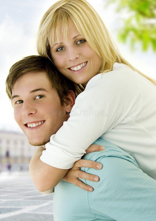 Lyckliga unga par royaltyfri bild