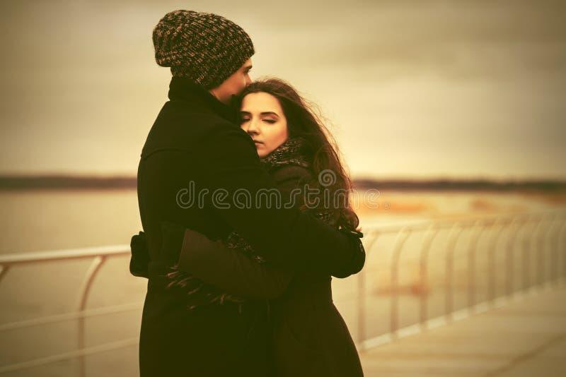 Lyckliga unga par som är förälskade på pir royaltyfri fotografi