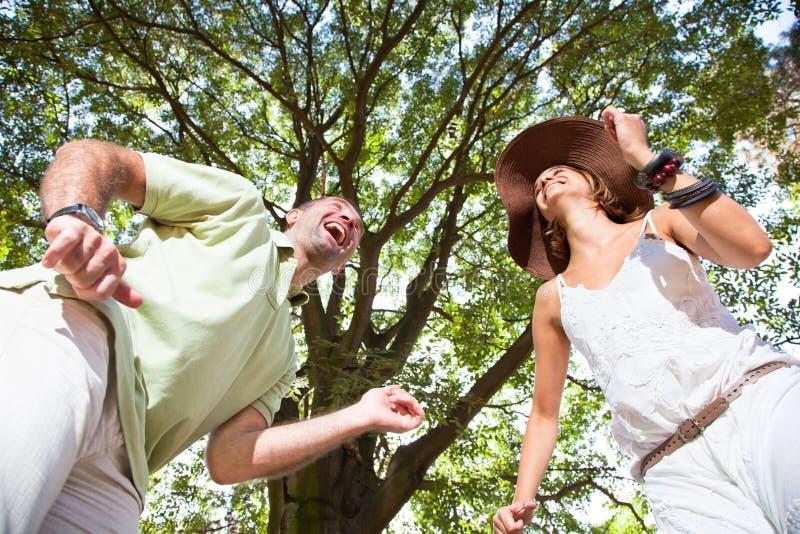 Lyckliga unga par som har gyckel arkivbild