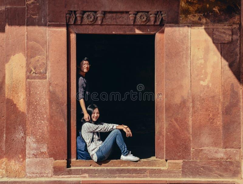 Lyckliga unga par som har gyckel på Fatehpur Sikri arkivfoton